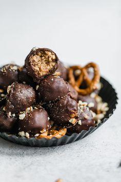 peanut butter pretzel truffles I howsweeteats.com #peanutbutter #chocolate #truffles #pretzel