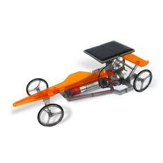 Gaget: zelfbouw raceauto op zonne-energie.   Rijdt als een zonnetje! Met deze raceauto leren kinderen hoe ze zelf een auto in elkaar kunnen zetten, maar ook hoe zonne-energie werkt. Daarna kan er natuurlijk met de raceauto gespeeld worden.