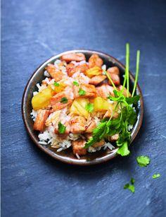 Sauté de porc riz- ananas Le riz thaï est cultivé au nord de la Thaïlande, il est transplanté à la main et lentement séché au soleil. Ce riz au grain long et fin est aussi appelé riz parfumé ou riz jasmin. Il est idéal pour les recettes exotiques en accompagnement de viandes blanches, volailles, fruits de mer ou encore en salade. À lui seul, il donne le ton à votre cuisine ! Aussi, il suffit de l'associer avec quelques dés d'ananas et un soupçon de sauce soja pour ensoleiller vos assiettes !