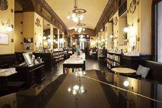 2. ANTICO CAFFÈ SAN MARCO (TRIESTE)  Uno dei locali storici del capoluogo del Friuli Venezia Giulia, nonché uno dei principali ritrovi degli studenti e degli intellettuali di passaggio (tra cui si ricordano Italo Svevo, Umberto Saba e addirittura James Joyce), il Caffè San Marco è uno degli esempi più lampanti di bar all'italiana 'belli'.