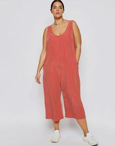 Find out about the best plus-size and inclusive-size clothing brands that are making minimalist, fashionable, and high-quality clothes. Womens Linen Clothing, Womens Clothing Stores, Clothes For Women, Size Clothing, Clothing Ideas, Urban Apparel, Minimalist Fashion Women, Minimal Fashion, Minimalist Style