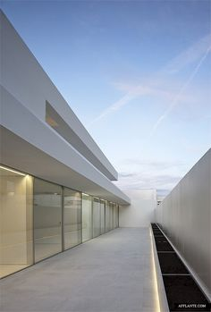 Atrium House x Fran Silvestre Arquitectos Long elongated lines.