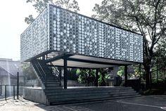 A cidade indonésia de Bandung ganhou uma biblioteca feita de potes de sorvete. Foram utilizados 2.000 embalagens, e a obra foi concluída em julho deste ano.