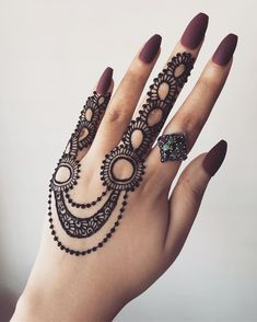 Many women do not want a full mehndi design such as the traditional ones and opt for simple designs that do not have lots of intricate elements. If you are one of them, then simple finger mehndi designs is the new trend you should watch out for! Dulhan Mehndi Designs, Mehandi Designs, Henna Mehndi, Mehndi Tattoo, Henna Tattoos, Arte Mehndi, Hand Tattoo, Mehendi, Tatoo