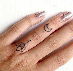 ideas para tatuajes, mano de mujer con manicura, dedo anular con tatuajes minimalistas de luna y flor estilizada
