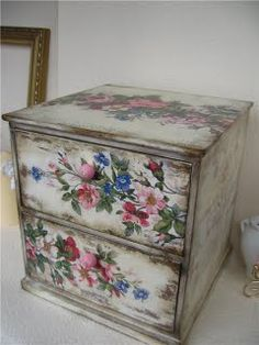 Every tip you need for decoupage! Decoupage Furniture, Decoupage Box, Decoupage Vintage, Chalk Paint Furniture, Hand Painted Furniture, Funky Furniture, Upcycled Furniture, Shabby Chic Furniture, Shabby Chic Decor