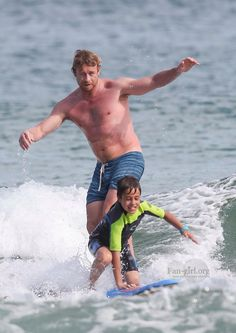 Simon Baker surfing with his son in Sydney. Dec/2013
