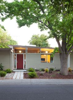 Mid Century Modern Ranch Style House Design Ideas, Pictures, Remodel, and Decor - page 2 Mid Century Modern Door, Mid Century Exterior, Mid Century House, Mid Century Modern Design, Mid Century Ranch, Exterior House Colors, Exterior Paint, Exterior Design, Exterior Siding