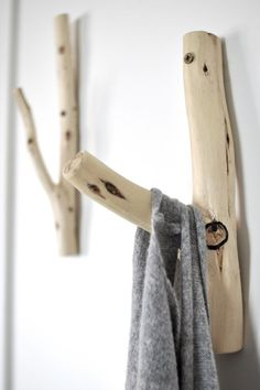 These wooden hangers would look great in a Colorado mountain home. Upcycled Furniture, Diy Furniture, Wooden Hangers, Wood Hooks, Wood Projects, Photo Projects, Wood Crafts, Diy Home Decor, Sweet Home