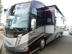 2014 42qd Winnebago Tour 377,000. AMAZING MOTORHOME WITH BATH AND A 1/2 DIESEL