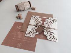 """""""Kanten"""" omslag voor je trouwkaarten. Nu in verschillende variaties ook bij ons te koop, maak de kaart erin zelf op de gloednieuwe site van aagjeontwerp of laat 'm door ons op maat maken. #Lasercut folds #kantenomslag #aagjeontwerp"""