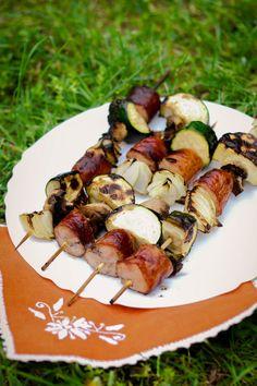 Przepis na szaszłyki z kiełbasą i warzywami Sprouts, Zucchini, Grilling, Vegetables, Food, Crickets, Essen, Vegetable Recipes, Meals
