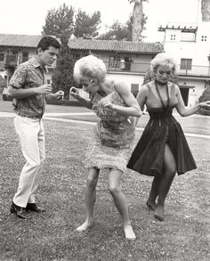 "Candy Johnson gives Frankie Avalon and Bobbi Shaw a dance lesson on the set of ""Beach Party. Beach Party 1963, Hollywood Actresses, Old Hollywood, Candy Johnson, Island Movies, Avalon Beach, Frankie Avalon, Old Photography, Dance Lessons"