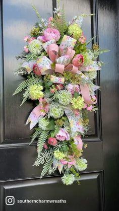 Spring Door Wreaths, Easter Wreaths, Summer Wreath, Christmas Wreaths, Wreath Crafts, Diy Wreath, Grapevine Wreath, Christmas Floral Arrangements, Flower Arrangements