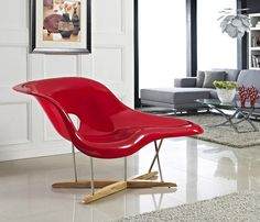 La Chaise, Charles e Ray Eames, 1948.   Charles e Ray Eames criou La Chaise para uma competição no Museu de Arte Moderna de Nova Iorque. Esta peça expansiva de mobiliário permite uma ampla gama de posições e há muito tempo se estabeleceu como um ícone do design orgânico.