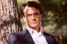 Ο Χάρης Βλαβιανός γεννήθηκε στη Ρώμη το 1957. Σπούδασε Οικονομικά και Φιλοσοφία στο Πανεπιστήμιο του Μπρίστολ και Πολιτική Θεωρία και Ιστορία στο Πανεπιστήμιο της Οξφόρδης. Poetry, Poetry Books, Poem, Poems