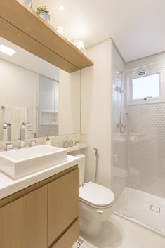 Banheiro claro. Produto Cerâmica Portinari. Coleção Form Glass. Pastilhas hexagonais, branco, madeira clara, clean, banheiro, banho, bathroom.