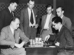 (Seated) Alexander Alekhine vs. Isaac Kashdan. (Standing) Mexican champion José Araiza, Arthur Dake, Reuben Fine and Sammy Reshevsky.