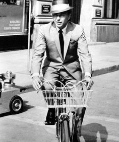 Frank Sinatra rides a bike. Tags: Come Blow Your Horn Frank Sinatra 1963 Hey kids, biking is cool. Classic Hollywood, Old Hollywood, Hollywood Stars, Fred Astaire, Franck Sinatra, Gq, Bicicletas Raleigh, Dynamo, Ginger Rogers