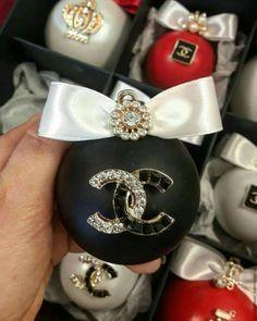 1 million+ Stunning Free Images to Use Anywhere Christmas Spheres, Gold Christmas Tree, Elegant Christmas, Diy Christmas Ornaments, Diy Christmas Gifts, Christmas Projects, Christmas Wreaths, Chanel Party, Chanel Decor