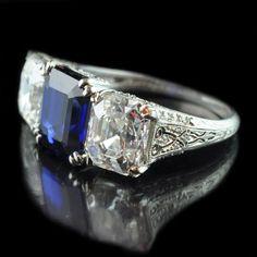 Magnífico zafiro y diamante de corte Asscher de tres piedras anillo de doble garra establece en un traspasado engastado de diamantes Tiffany galería de Nueva York circa 1925