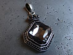 Pendant with crown and big rhinestone Riipus kruunulla ja koristekivellä kantikas (1kpl) - Helmien talo