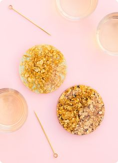 DIY Anthropologie Gold Leaf and Resin Coasters - Sarah Hearts Make these pretty Anthropologie inspired coasters in minutes! Gold Coasters, Diy Coasters, Gold Diy, Decor Crafts, Diy Crafts, Mason Jars, Feuille D'or, Diy Inspiration, Coaster Furniture