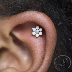 A fresh helix piercing by Christina featuring an 18k white gold flower from Anatometal. The pink center is so vibrant among the white opals! Appointments are available for guest piercer Brett Perkins on June 3rd and 4th, this weekend! All booking...