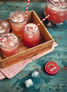 tarros de cristal vintage para bebidas - como decorar una fiesta en el jardin