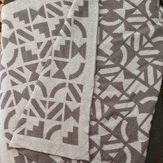 Estampa inspirada nos azulejos famosos de Brasília do Arquiteto e artista plástico Athos Bulcão. Os desenhos podem ser feitos em 4 versões. Essa é cinza em fio 50% acrílico e 50% algodão, Todas as colchas podem ser encontradas em 4 tamanhos. Confiram!