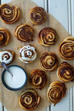 Kanelsnegle, snaskede og fedtede - Julie Bruun bedste kanelsnegle Cake Recipes, Dessert Recipes, Desserts, Danish Dessert, Sweets Cake, Pancakes And Waffles, Food Cakes, Love Cake, Sweet Bread