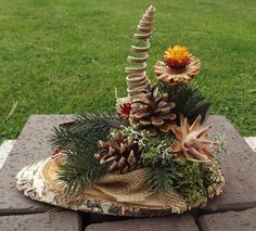 Gesteck mit Zapfen für Friedhof Allerheiligen Gedenken Grabgesteck