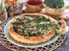 La torta salata con broccoli pancetta e formaggio è un rustico molto semplice da realizzare. Una base di pasta sfoglia o pasta brisée da farcire con broccoli prima sbollentati e poi insaporiti in padella con dadini di pancetta affumicata