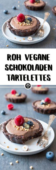 Rohe und vegane Schokoladen Tartelettes. Das ganze Rezept jetzt auf eat-vegan.de // #rohvegan #vegan #raw #schokolade #tartelettes #rawcake