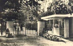 De ingang van het Plaswijckpark, 1939 (geschat). Het Plaswijckpark werd in 1923 opgericht in Hillegersberg door de Rotterdamse horecaondernemer C.N.A. Loos, als Theetuin Hillegersberg. De theetuin was een van de vroegst opgezette recreatieparken in Nederland.