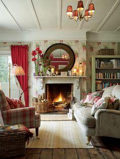 Bequeme Sessel, rustikale Holzmöbel und natürliche Deko-Accessoires machen ein Wohnzimmer im Landhaus-Stil wunderbar gemütlich. Foto: Loberon, Kollektion 2015