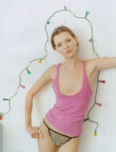 Kate Moss Style Evolution: explore her style over the years, with her most memorable looks. Chart Kate Moss' style over twenty years on Vogue. Vogue Uk, Vogue Photo, Karen Elson, Tim Walker, Estilo Kate Moss, Ode An Die Freude, Editorial Photography, Fashion Photography, Photography Lighting