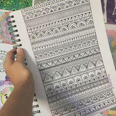 The Mandala Art Worked In With These Zentangle Patterns are SO Incredible! Mandala Doodle, Mandala Art Lesson, Mandala Drawing, Mandala Painting, Doodle Art, Tangle Doodle, Mandala Design, Mandala Pattern, Zentangle Patterns