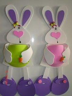 Achei umas ideias lindas para quem vai fazer a decoração da Pascoa. Use sua imaginação! Amo essa data! Beijinhos! Ovos decorados ... Easter Arts And Crafts, Kids Crafts, Bunny Crafts, Diy And Crafts, Easter Tree, Easter Bunny, Map Crafts, Easter Games, Craft Show Ideas
