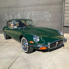 The Classic Look of a 1972 Jaguar XKE in British Racing Green : Autos Jaguar Xj40, Jaguar E Type, Jaguar Cars, Restaurant Hotel, Beverly Hills Cars, Royce Car, Thing 1, British Sports Cars, Best Muscle Cars