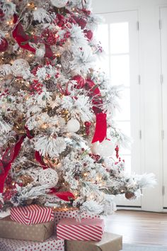 Rachel Parcell's chic holiday decor Photography: Emily Egan - emilyannegan.com  Read More: http://www.stylemepretty.com/living/2014/12/17/home-for-the-holidays-with-rachel-parcell/