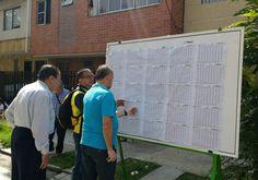 Afuera del lugar de votación, los ciudadanos pueden encontrar un tablero con las cédulas inscritas y la mesa que le corresponde.
