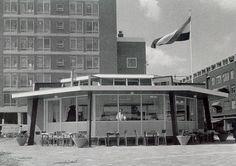 Tearoom Bongers op het plein bij de Botersloot, Pannekoekstraat en de Meent. De foto is gemaakt in 1955.