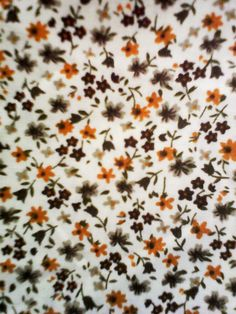 coupon 1,40 m x 0, 50 m tissu coton petites fleurs jaune moutarde et grises sur fond blanc : Tissus Habillement, Déco par kate27