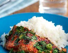 Itämainen uunilohi Poista lohifi leestä ruodot ja leikkaa se annospaloiksi. Lado palat uunivuokaan. Sekoita öljy ja mausteet keskenään. Sivele mausteseos pullasudin avulla kalapalojen päälle. Hienonna kevätsipulit ja korianteri. Ripottele sipuli- ja korianterisilppu kalapalojen päälle uunivuokaan. Kypsennä uunissa 225asteessa noin 20 minuuttia, kunnes kala on kypsää. Valmista kalojen kypsyessä lisäkkeeksi jasmiiniriisi pakkauksen ohjeen mukaan. VINKKI: Kaupasta …