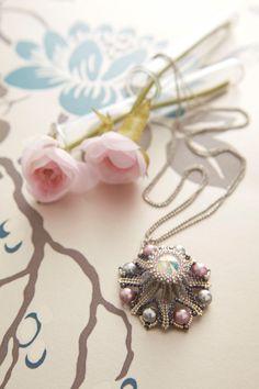 Ciondolo realizzato in tessitura di perline by LauraGiustiBijoux, €7.00