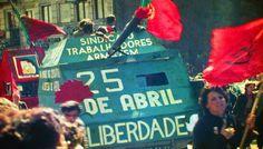 Sem derramar sangue, rebelião militar conduzida por jovens derruba o governo português de Marcelo Caetano