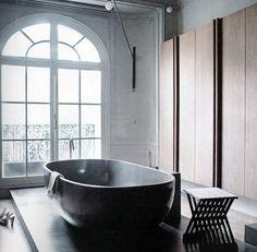 Bathroom. Tub.
