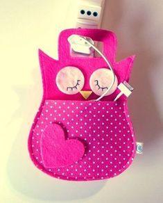 Cable holder for owl phone battery – Baby Utensils Ideas Felt Crafts Diy, Sewing Crafts, Crafts For Kids, Paper Crafts, Felt Patterns, Sewing Patterns, Pochette Portable, Diy Backpack, Felt Baby