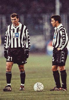 Zinedine Zidane e Alessandro Del Piero Juventus Soccer, Juventus Players, Juventus Fc, Zinedine Zidane, Football Kits, Football Soccer, History Of Soccer, Juventus Wallpapers, Italy Soccer